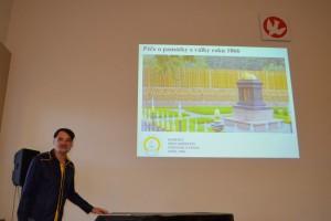Miroslav Suchý prezentuje příspěvek o činnosti Komitétu pro udržování památek z války roku 1866